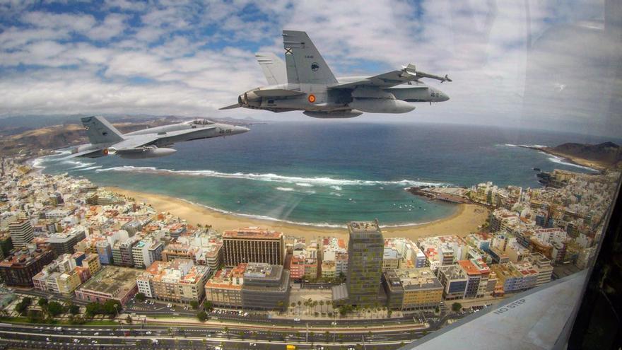Tres F-18 sobrevolando Las Palmas de Gran Canaria