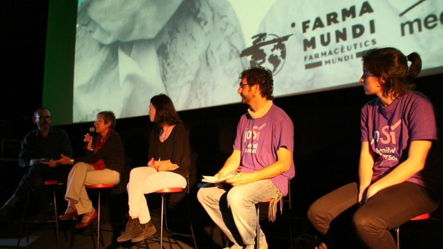 En el debat posterior a la projecció del film, les entitats Metges del Món Catalunya, la Plataforma per una Atenció Sanitaria Universal a Catalunya (Pasucat) i Yo Sí Sanidad Universal