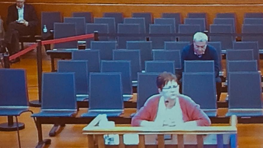 Mari Carmen Liñares y Javier Carro (al fondo), durante su comparecencia en el juicio