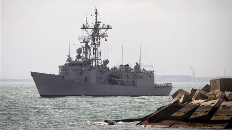 """La fragata """"Canarias"""" rescata a numerosos inmigrantes frente a costas libias"""