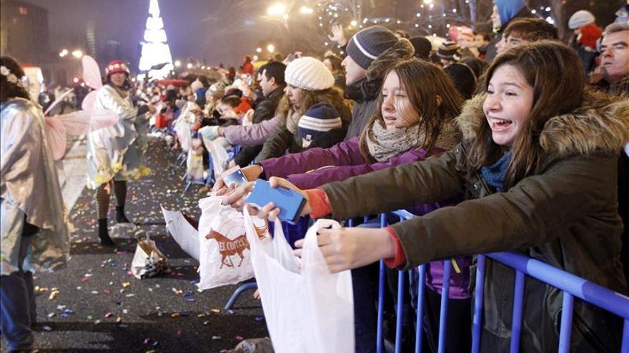 Los niños de Madrid desafían la llovizna para ver a los Reyes de la ilusión