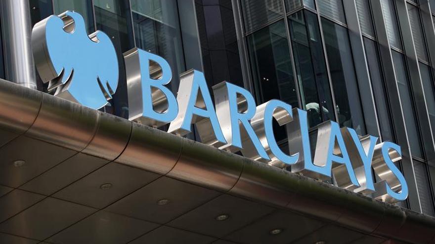 Acusan a Barclays y a cuatro personas de fraude por vínculos con Qatar