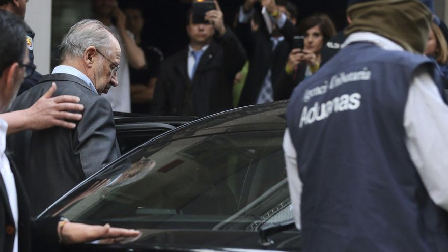 Rodrigo Rato sale detenido de su domicilio en Madrid.  Efe / Ballesteros