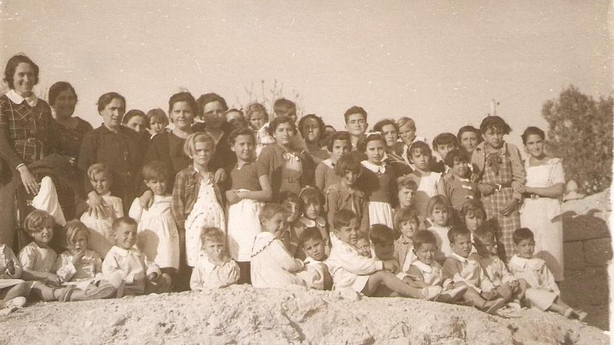 En el Perelló (Valencia), en las Comunidades Familiares de Educación que fundó junto con Ángel Llorca para proteger a los niños de la guerra.