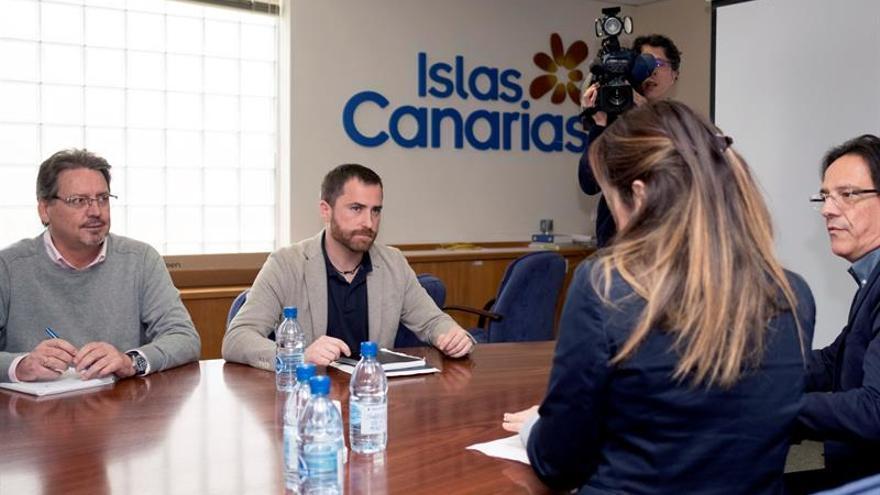 El consejero de Turismo, Isaac Castellano (c), se reunió hoy con representantes de las organizaciones sindicales UGT y CCOO.