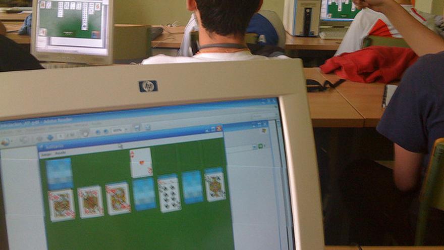 En el trabajo, en clase… Son muchos los que no pueden escapar de las garras del Solitario (Foto: Jorge glеz   Flickr)