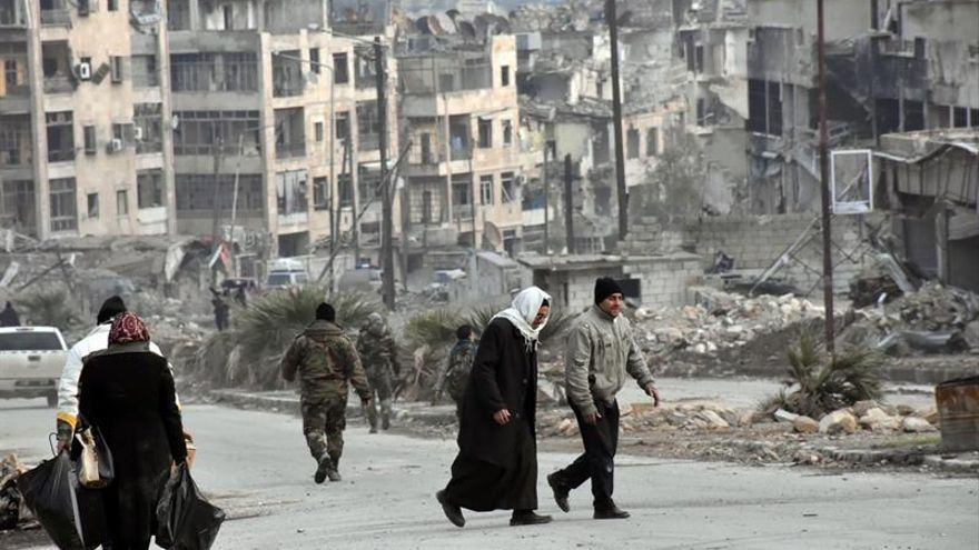 Celebran la misa de Navidad en una iglesia de Alepo dañada por los combates