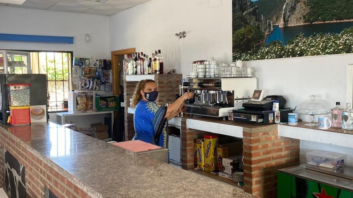 Sonia Jorge en el bar que regenta en Cachorilla (Cáceres), un municipio de 86 habitantes.