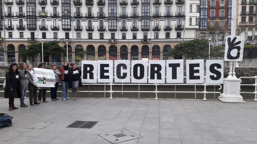 Candidatas de Recortes Cero-Grupo Verde frente al Mercado de la Ribera en Bilbao
