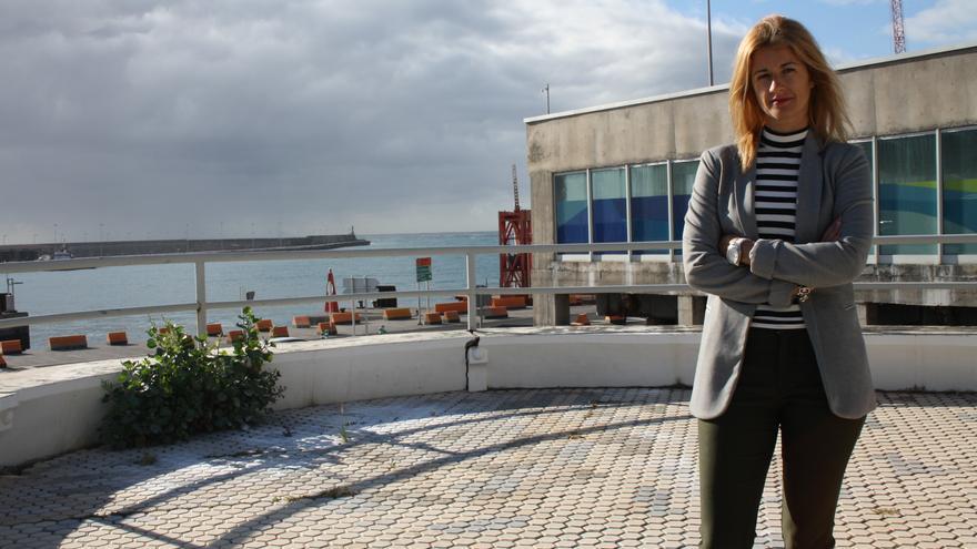 Virginia Espinosa en el pequeño mirador del puerto.