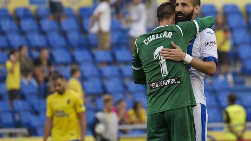 El portero del Leganés, Cuéllar y el defensa Dimitrios Siovas celebran la victoria ante la UD Las Palmas. EFE/Ángel Medina G.