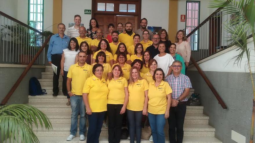 Grupo de alumnos del Programa de Formación en Alternancia con Empleo con autoridades de Tijarafe y técnicos.
