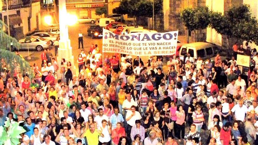 """Protesta de los vecinos de Quintana con el lema: """"Monago, el pueblo que te vio nacer, no merece lo que le vas a hacer"""""""