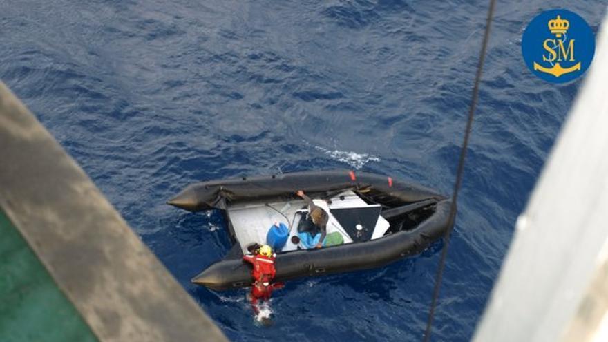 Dos hombres rescatados en una lancha este lunes ( Salvamento Maítimo)