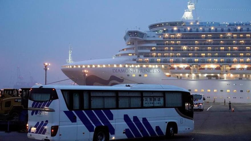 Japón detecta 88 casos más de COVID-19 en el barco al final de su cuarentena