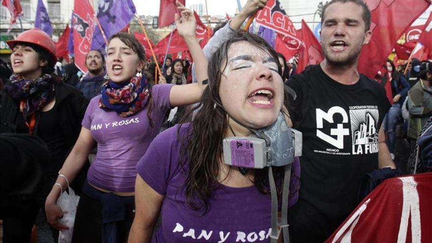 La Policía chilena sancionará a dos agentes por la agresión a una estudiante en una marcha