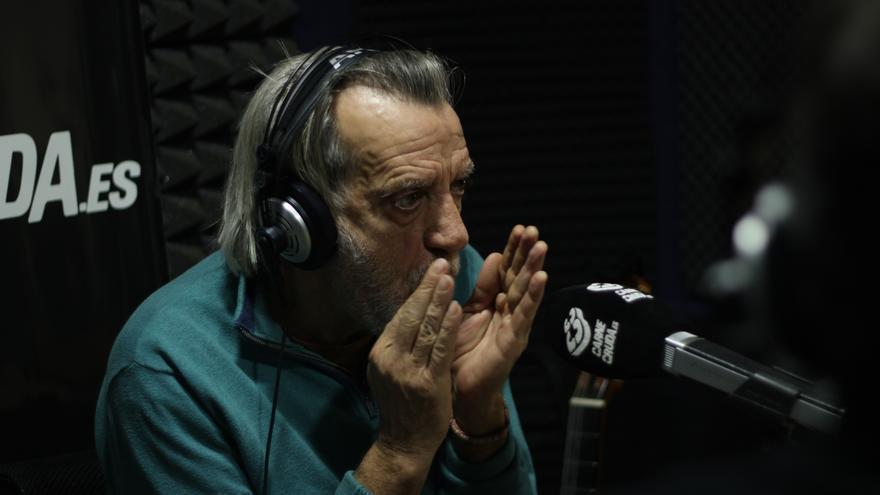Luis Pastor toca con su boca.JPG
