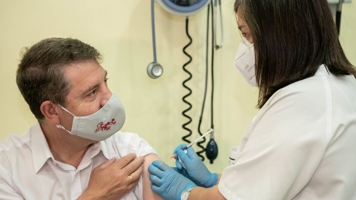 Emiliano García-Page recibe la vacuna contra la COVID-19
