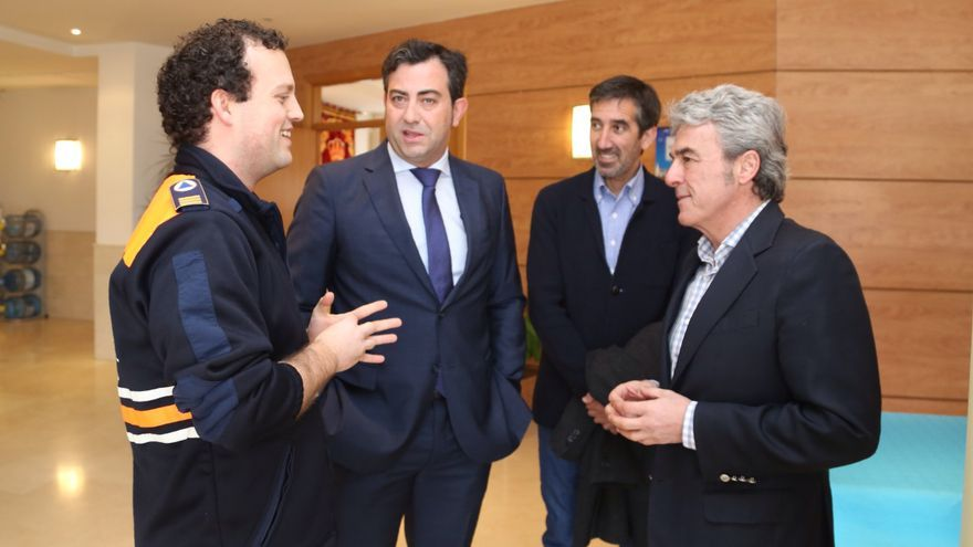 Leandro Esteban con miembros de Protección Civil