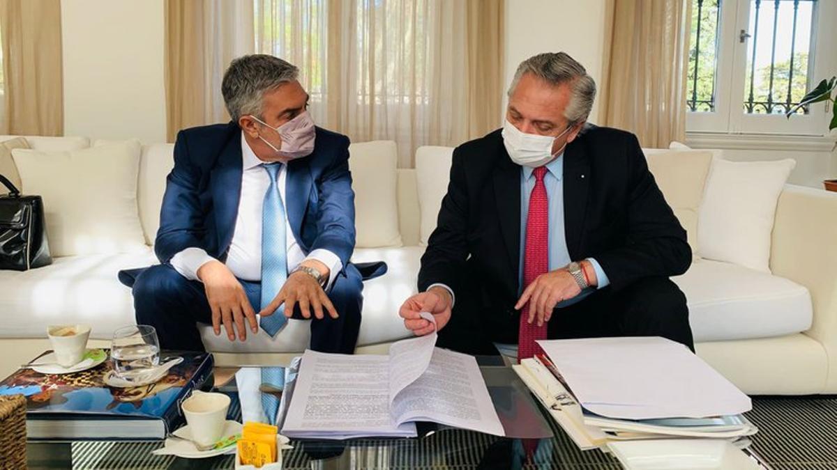 El abogado Gregorio Dalbón junto a Alberto Fernández en una foto de junio. El Presidente se presentó sin defensor hasta el momento.