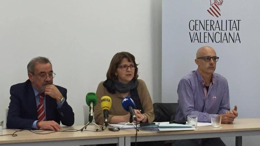 La consellera de Medio Ambiente, Elena Cebrián, junto al presidente de Cierval, José Vicente González (izquierda), y el secretario autonómico, Julià Álvaro