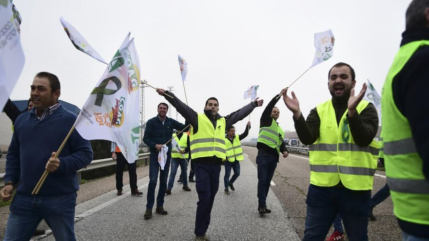 Olivareros protestando esta semana en Jaén | JORDI VIDAL
