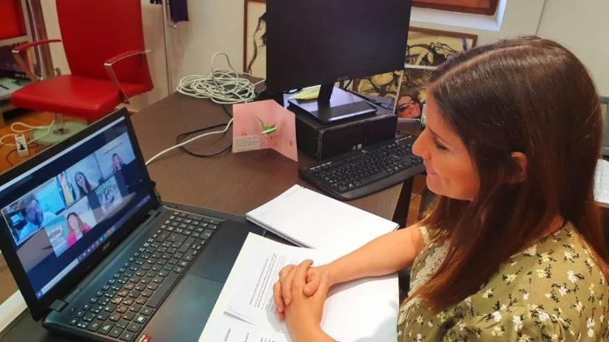 """La consejera de Igualdad y portavoz de la Junta de Extremadura, Isabel Gil Rosiña, ha participado en la mesa redonda """"Escala socioeconómica en clave femenina"""""""
