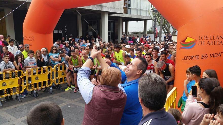 En la imagen, la alcaldesa de Los Llanos de Aridane, Noelia García, en el momento de la dar la salida a la popular carrera urbana San Silvestre 2015.