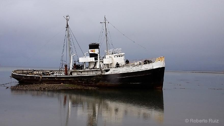 El barco Saint Christopher, varado frente a Ushuaia, en Argentina
