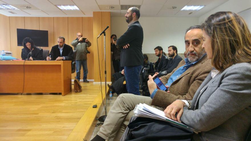 Salvador Blanco, en primer término. Al fondo, Julio Revuelta prestando declaración. | R.V.