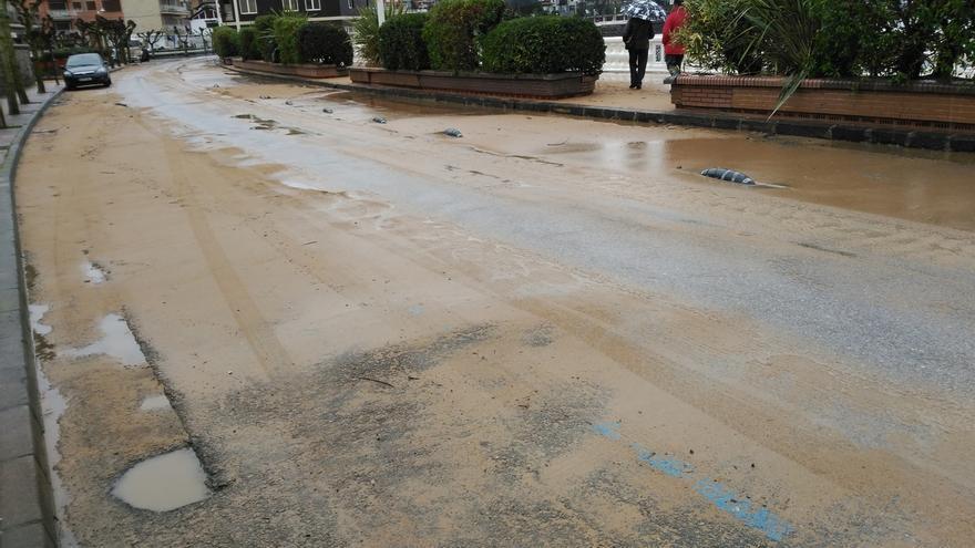 Mañana se corta al tráfico un tramo de la avenida de la playa Brazomar para limpiar los daños del temporal