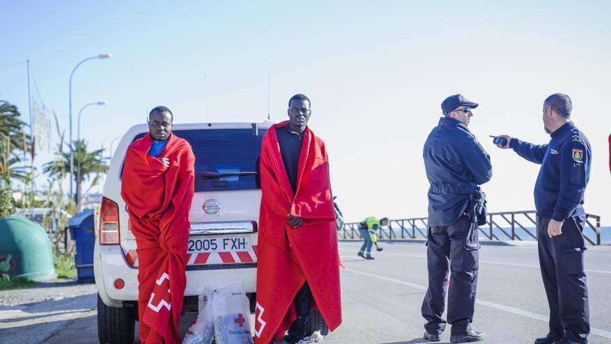Dos personas de origen subsahariano recién llegadas a Málaga después de arriesgar su vida en el Mediterráneo.