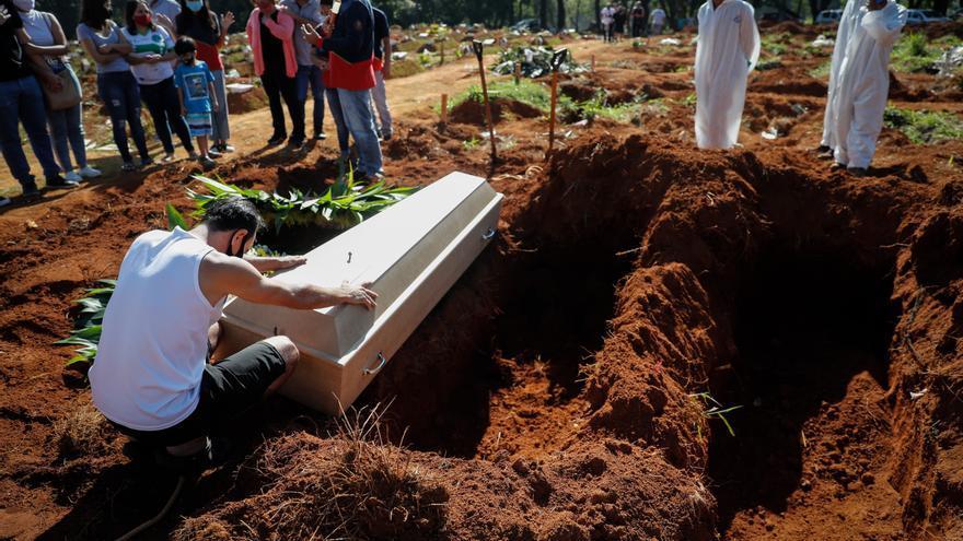 Brasil registra 3.163 nuevas muertes por covid-19 y roza las 400.000 en total