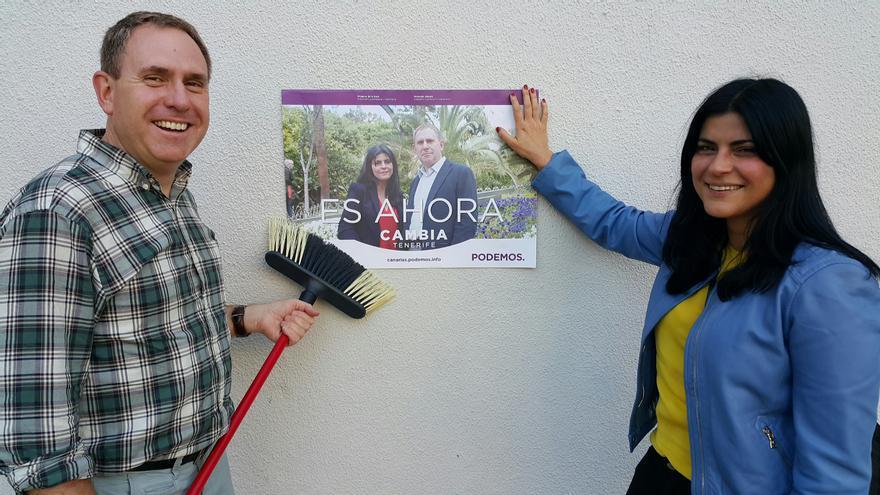El candidato al Cabildo de Tenerife por Podemos, Fernando Sabaté durante el acto de pega de carteles.