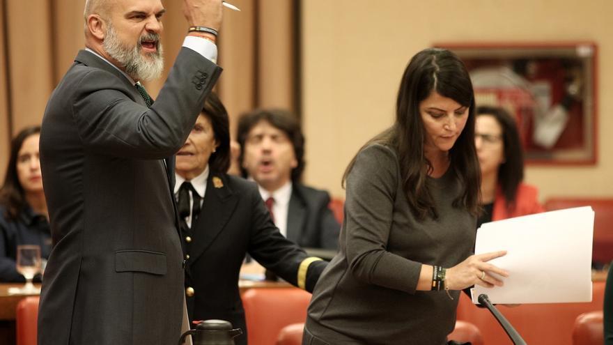 Sánchez del Real, de Vox, monta en cólera mientras Olona recoge los papeles.