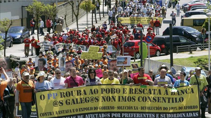 Unos 1.500 preferentistas protestan ante la casa del presidente de la Xunta