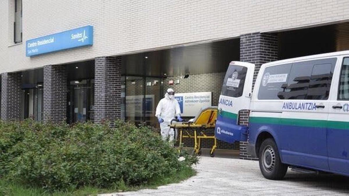 Una ambulancia, en la entrada de Sanitas de Vitoria el pasado 2020