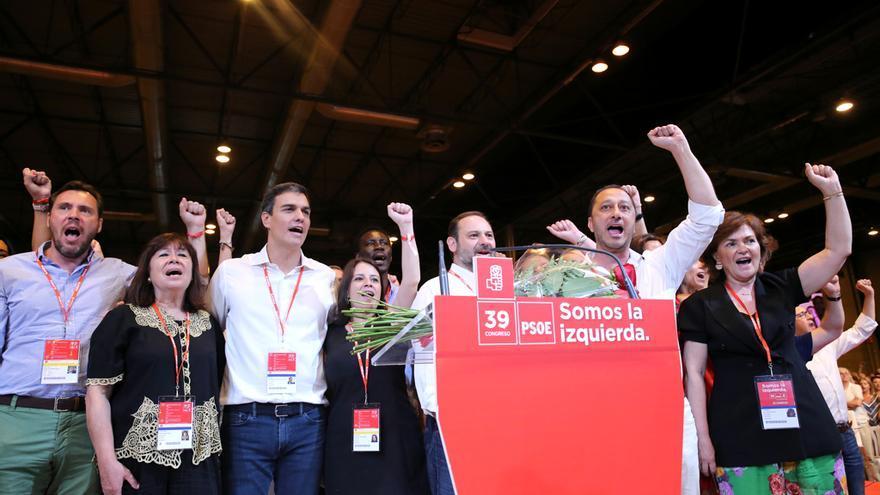 Los líderes del PSOE cantando La Internacional en el congreso del PSOE