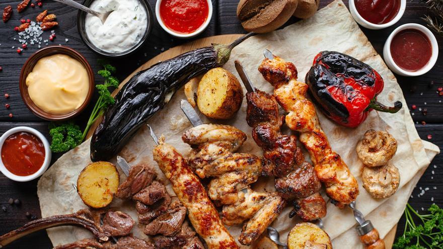 Carne y verduras asadas a la parrilla.