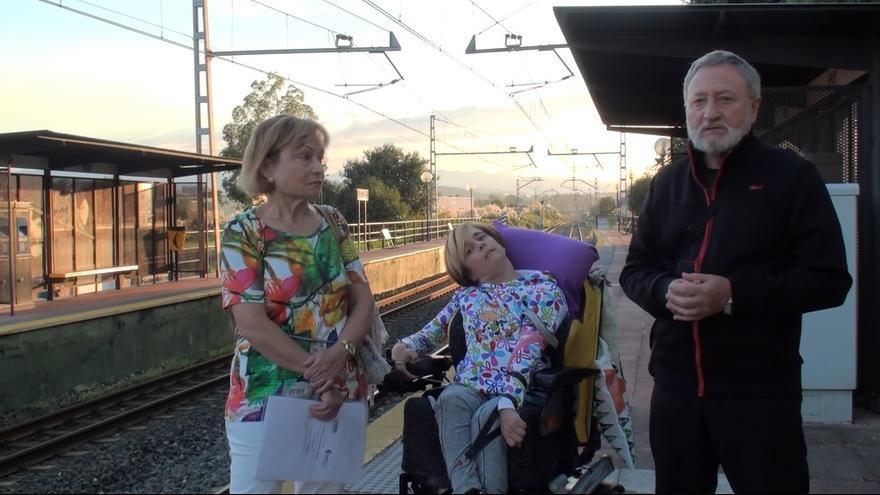Katia y su familia explican la situación en el apeadero de Mar.