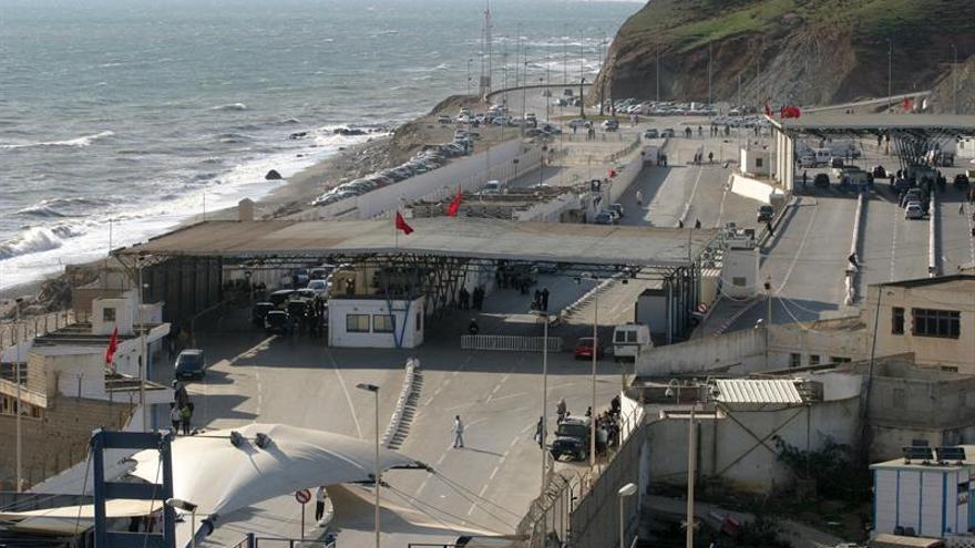 30 inmigrantes intentan acceder a Ceuta a la carrera por la frontera