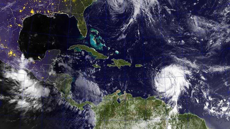 """Alertan de """"vientos destructivos"""" e inundaciones por el paso del huracán María"""