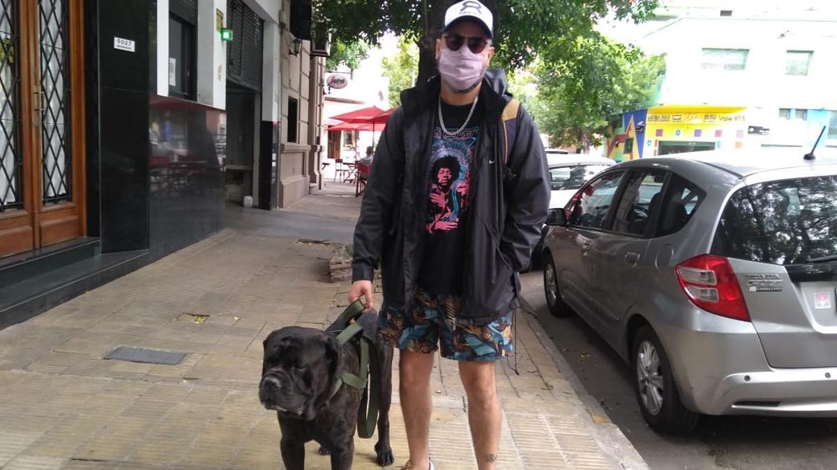 Juan y su perro Vitto, de paseo por Palermo. El usa el Atom Protect.