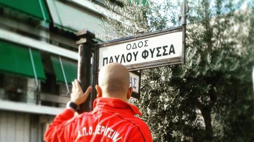 Colocación de la placa de la nueva avenida Pavlos Fyssas, en Atenas, el 16 de noviembre de 2015. /  Katerina Sergidou