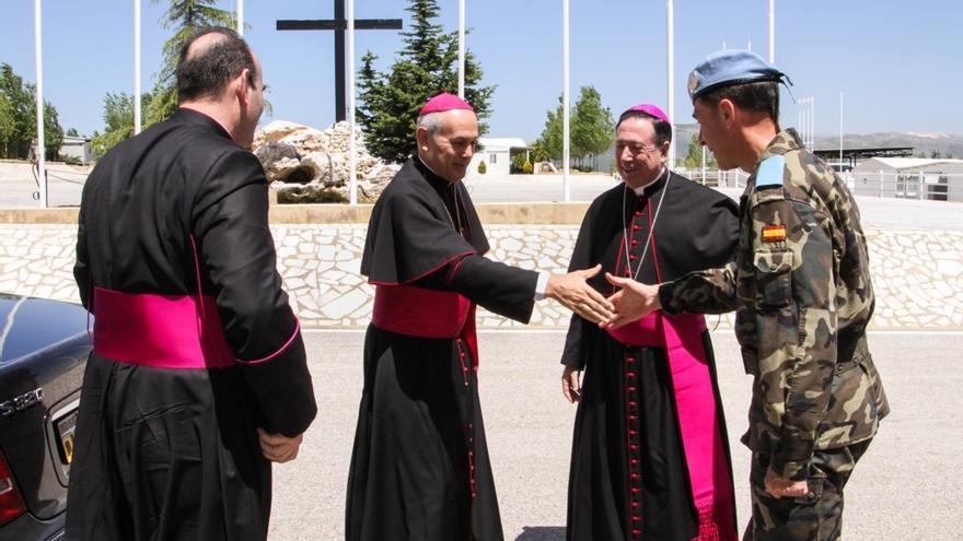 El arzobispo Del Río (centro) de visita a las tropas en Líbano.