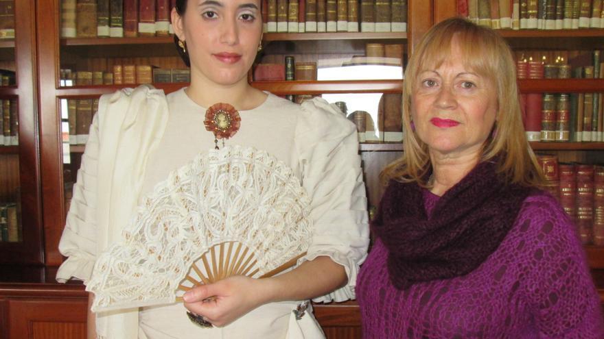 Alida Ferraz (derecha) junto a un vestido que confeccionó diseñado por Marisol Pais y exhibido por Elena Arrocha. Foto: LUZ RODRÍGUEZ.