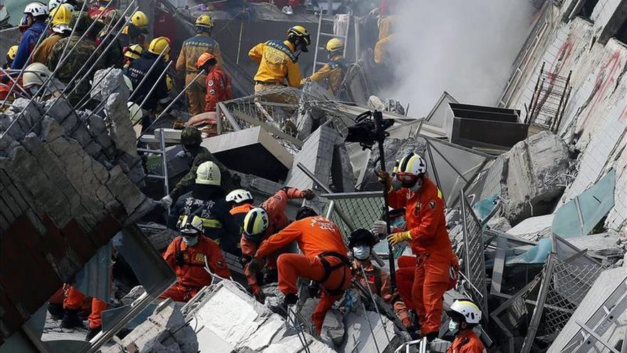 Personal de rescate intenta encontrar personas con vida en un edificio destruido por el terremoto, este 6 de febrero en la localidad taiwanesa de Tainan.
