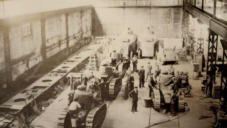 Tanques Renault FT-17 en un taller de la Naval de Sestao junto a un tractor Landesa y dos camiones blindados Somúa de la segunda serie en la primavera de 1937. Los  nueve carros enviados a Bizkaia requirieron costosas reparaciones para ponerles en servicio, pero su actuación en los frentes vascos fue anecdótica  (Artemio Mortera. Los medios blindados en la Guerra Civil Española. Teatro de operaciones del Norte)