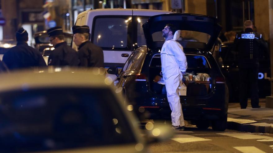 Un policía forense francés al lado del lugar donde tuvo lugar el ataque