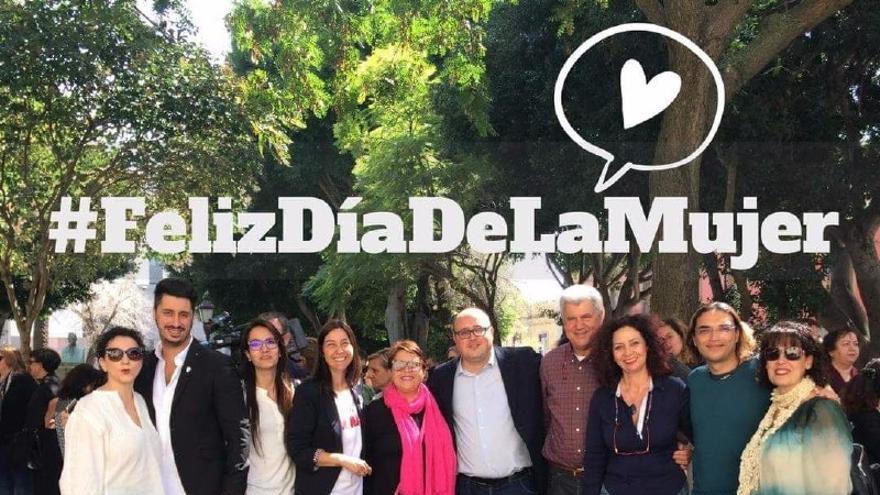 Zebenzuí González, en el centro, con Mónica Martín (cuarta por la izquierda), en los actos del último Día de la Mujer en La Laguna.